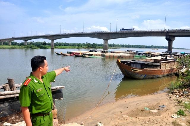 Ghe hút cát lậu bị bắt đưa về chân cầu Câu Lâu
