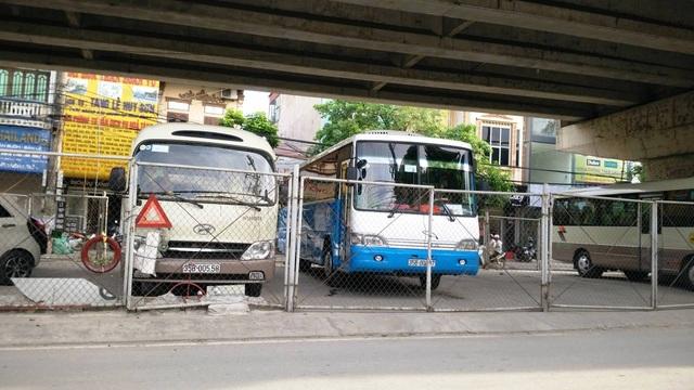"""Ninh Bình: Gầm cầu vượt bị """"xẻ thịt"""" biến thành bãi đỗ xe ô tô - 3"""