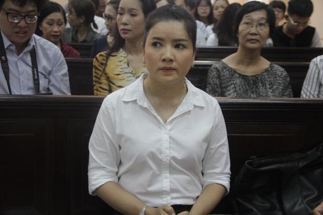 Nghệ sỹ Ngọc Trinh trình bày các vấn đề tại phiên tòa.