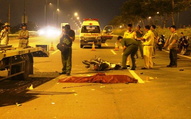 Lực lượng Công an trắng đêm khám nghiệm hiện trường vụ tai nạn.