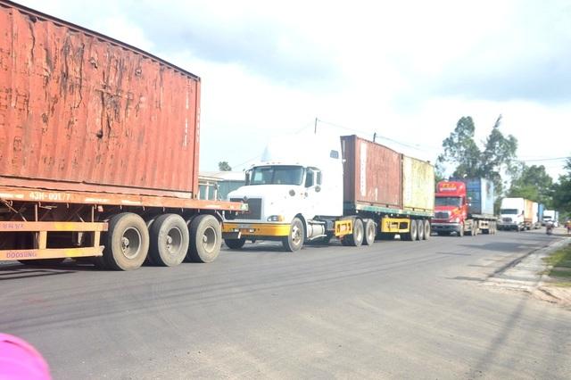 Xe tải vận chuyển sắt, thép vào nhà máy thép Việt Pháp bị người dân chặn