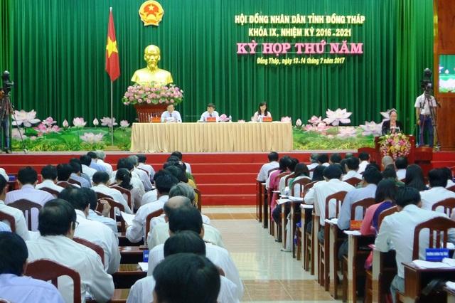 Trước kỳ họp thứ 5 diễn ra, cử tri gửi nhiều vấn đề bức xúc đến các đại biểu, trong đó cử tri đề nghị UBND tỉnh Đồng Tháp cần quan tâm đến người Việt Nam sống ở Campuchia nay về Việt Nam nhưng chưa làm hộ khẩu được
