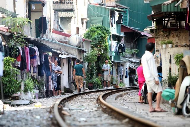 Đoạn đầu phố Phùng Hưng, các dãy nhà hai bên đường tàu hoả cũng tạo cảnh sống đặc biệt.