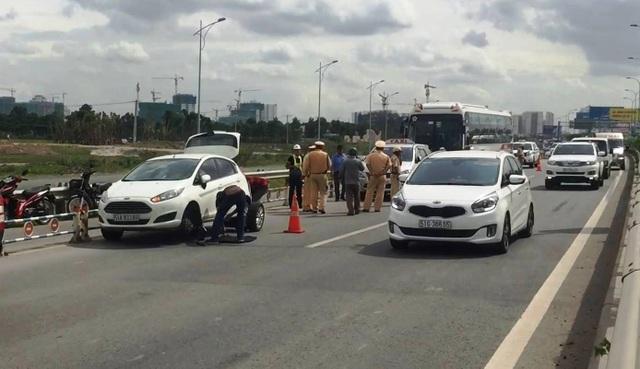 Các phương tiện sau vụ tai nạn nằm la liệt giữa đường khiến giao thông qua khu vực bị cản trở nghiêm trọng.
