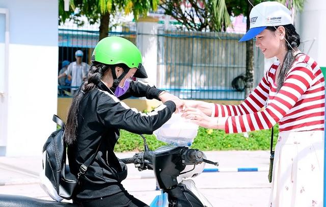 Trong kỳ thi THPT quốc gia 2017i, cô Minh Tâm vận động và trực tiếp phát cơm miễn phí cho các thí sinh tham gia kỳ thi tại tỉnh Đồng Tháp.