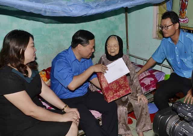 Anh Nguyễn Phi Long - Bí thư Trung ương đoàn, Chủ tịch Hội LHTN Việt Nam thăm hỏi Mẹ Việt Nam anh hùng trên địa bàn thị xã Điện Bàn, tỉnh Quảng Nam.