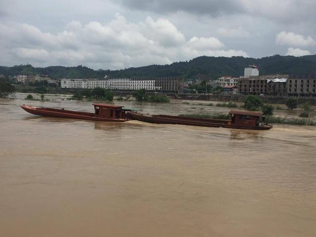 Những chiếc thuyền bị lũ sông Hồng cuốn trôi ngày 21/7 đã được tìm thấy ở thành phố Lào Cai và đưa trở về bến Km 0 Bản Vược (huyện Bát Xát) trưa ngày 22/7.