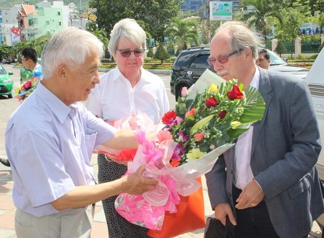 Trần Thanh Vân, Chủ tịch Hội Gặp gỡ Việt Nam đã tặng hoa mừng GS. Gerard 't Hooft cùng phu nhân đến Quy Nhơn (Bình Định) dự chương trình Gặp gỡ Việt Nam 2017.