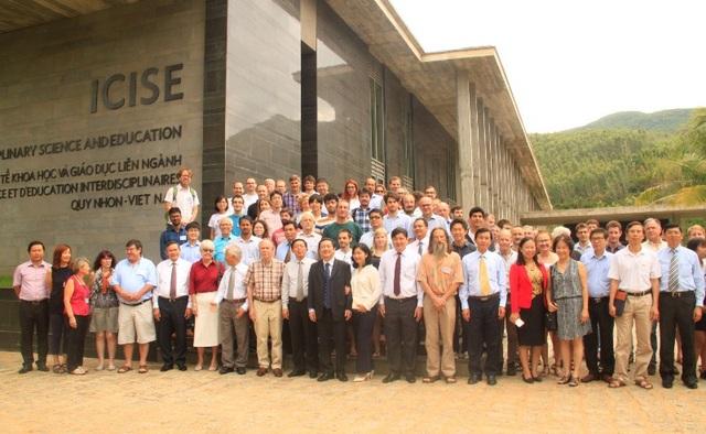 Các nhà khoa học cùng lãnh đạo tỉnh Bình Định chụp hình lưu niệm trước Trung tâm ICISE