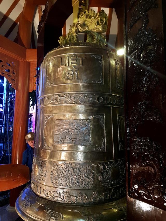 Chiếc Đại hồng chung nặng gần 2 tấn được đặt trong Nghĩa trang liệt sĩ thị xã Điện Bàn