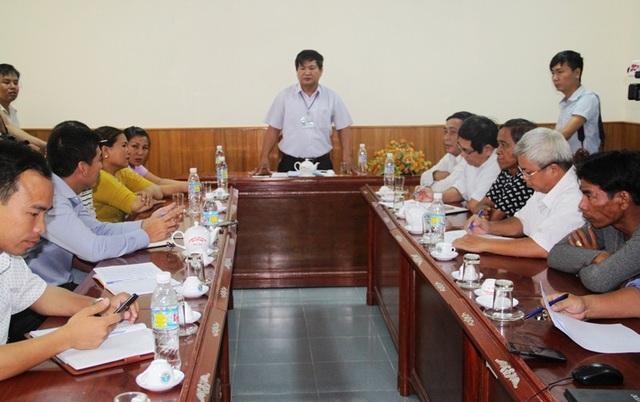Ông Trần Văn Phúc, Phó Giám đốc Sở NN&PTNT Bình Định chủ trì buổi làm việc giữa Công ty TNHH MTV Nam Triệu với ngư dân về phương án khắc phục các tàu bị hư hỏng còn lại.