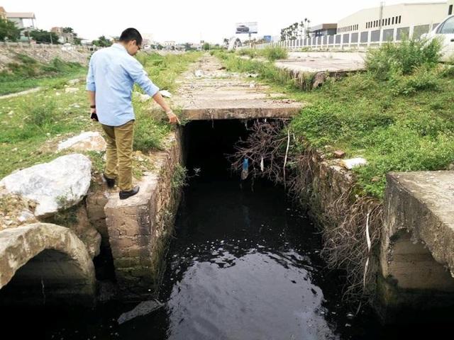 Cống xả nước chưa qua xử lý của KCN Gián Khẩu ra môi trường.