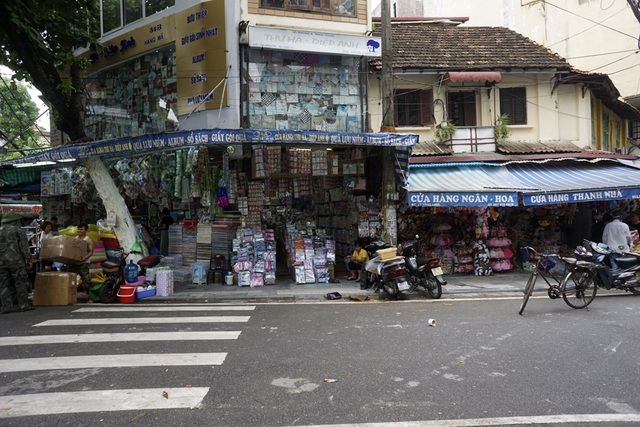 Trên một tuyến phố thuộc phố cổ Hà Nội, việc bày bán hàng hóa ra ngoài vỉa hè lại tái diễn, 5 tháng sau chiến dịch giành lại vỉa hè của thành phố.