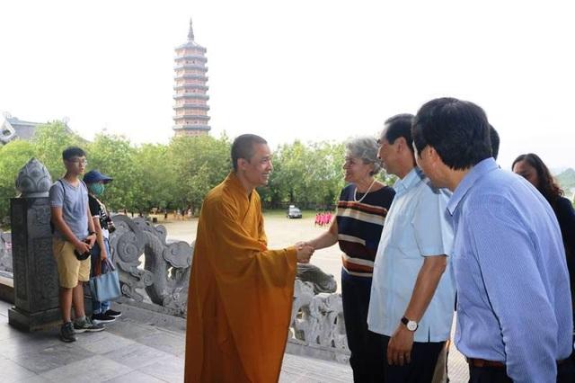 Trụ trì chùa Bái Đính chào đón Tổng Giám đốc UNESCO đếm thăm chùa.