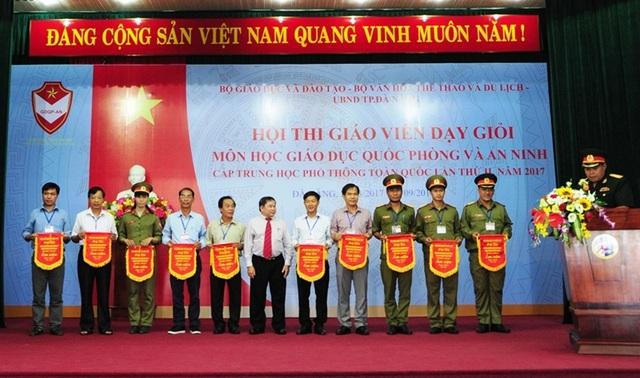 Các đơn vị dự thi nhận cờ lưu niệm của Bộ GD - ĐT