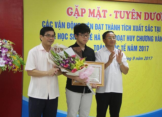 Lãnh đạo tỉnh Hà Tĩnh tặng hoa và trao bằng khen cho em Hoàng Hữu Quốc Huy.
