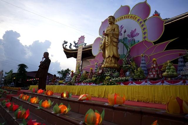 Là địa chỉ Phật giáo nổi tiếng trong vùng, lễ Vu Lan hàng năm tại chùa Ninh Tảo (thôn Ninh Tảo, xã Thanh Bình, Thanh Liêm, Hà Nam) luôn thu hút sự quan tâm đặc biệt của đông đảo người dân. Năm nay, nhà chùa tổ chức lễ Vu Lan vào dịp cuối tuần, lấy chủ đề Tình mẹ và hướng tới đối tượng giới trẻ. Trong ảnh, Đại đức Thích Đạo Duyệt, trụ trì chùa Ninh Tảo, đang làm các công việc chuẩn bị trên đài lễ.