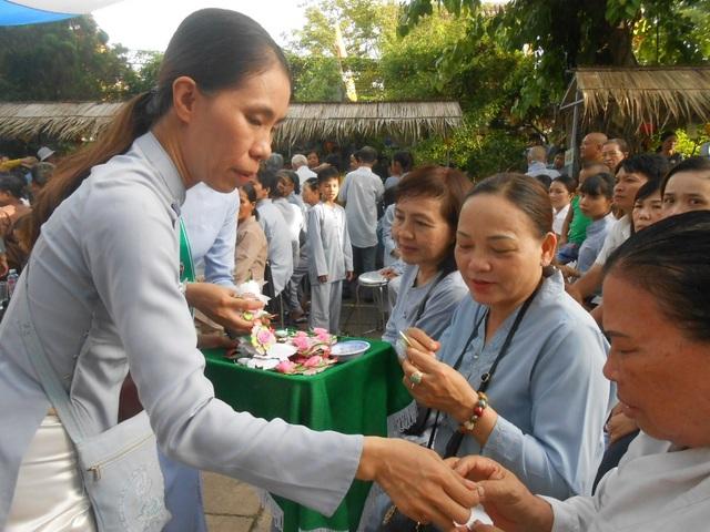 Ban giáo hội Phật giáo Hội An tổ chức lễ cài hoa hồng và đại lễ Vu Lan báo hiếu tại chùa Pháp Bảo