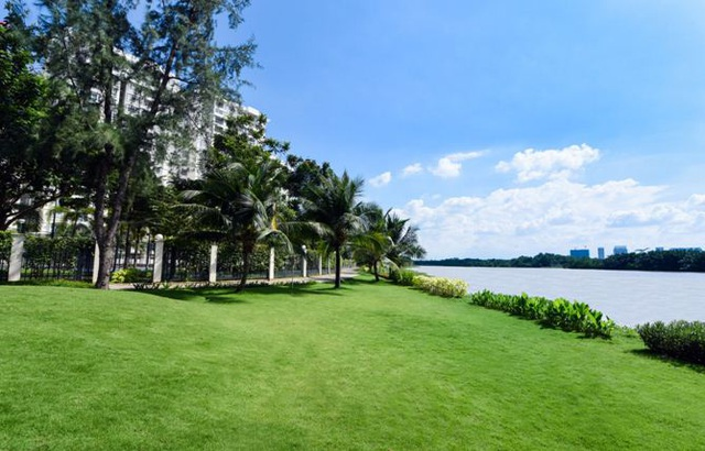 """Riverside Residence có nhiều không gian sinh hoạt ngoài trời, để chủ nhân có thể """"hướng ngoại"""" với cảnh quan, môi trường bất cứ lúc nào và chúng được phân bổ đa dạng gồm: hoa viên, quảng trường, các tiện tích cộng đồng. Sát công trình còn có công viên đô thị với không gian dạo bộ ven sông."""