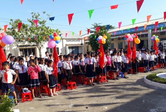 Quang cảnh lễ khai giảng năm học mới 2017-2018 của trường tiểu học thị trấn 2 (huyện Vĩnh Thuận, tỉnh Kiên Giang).
