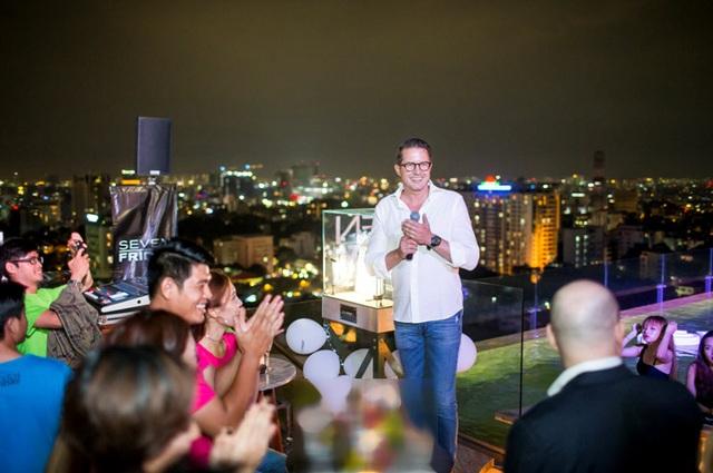 CEO Daniel Niederer chào mừng các tín đồ SevenFriday đến với bữa tiệc.