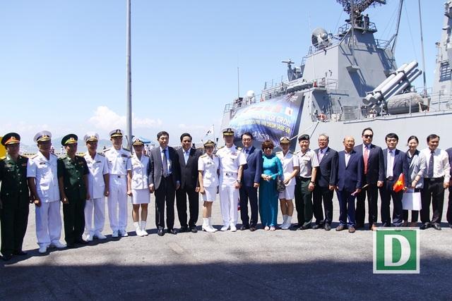 Lễ đón đoàn sĩ quan, thủy thủ Hải quân Hàn Quốc vừa đến thăm xã giao Đà Nẵng được tổ chức trọng thể tại cảng Tiên Sa