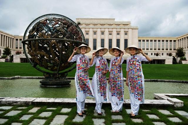 Hoa hậu Ngọc Hân, Á hậu Thanh Tú, Người đẹp nhân ái Thủy Tiên, người mẫu Hải Yến trong trang phục áo dài in hình 193 nước tại quả cầu chính của Liên Hiệp quốc.