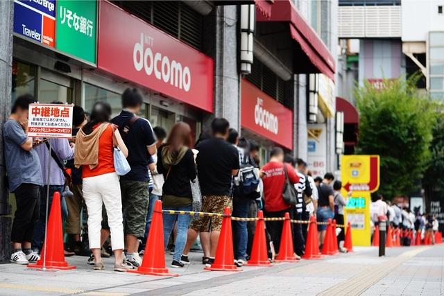 """Hy hữu chuyện xếp hàng cả cây số để mua máy """"điện tử 4 nút"""" tại Nhật - 1"""