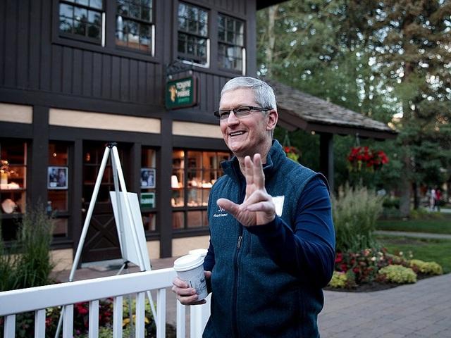 Một ngày của Tim Cook thường bắt đầu từ rất sớm. Theo tạp chí USA Today, Tim Cook luôn dậy vào lúc 3 giờ 45 phút sáng.
