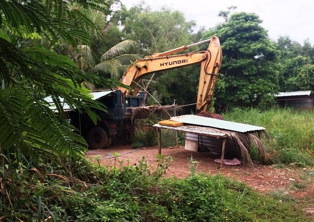 Bên trong dự án khách sạn Hải Lưu sau hơn 10 được giao đất chỉ có cỏ hoang và chiếc máy Kobe bỏ phế nhiều năm qua