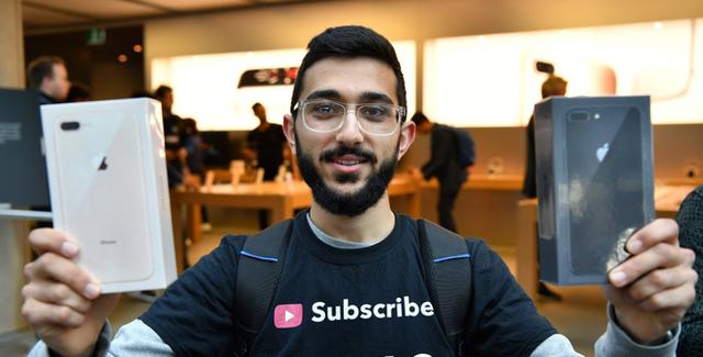 Mazen Kourouche - người đầu tiên cầm trên tay bộ đôi iPhone 8/8 Plus sau khi chờ bên ngoài Apple Store cách đây 11 ngày.