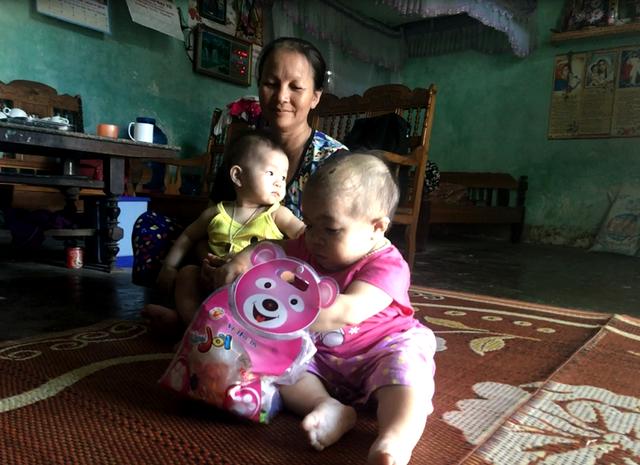 Bà Nguyễn bên cháu ruột và người con gái 27 tuổi. Ảnh: Minh Anh