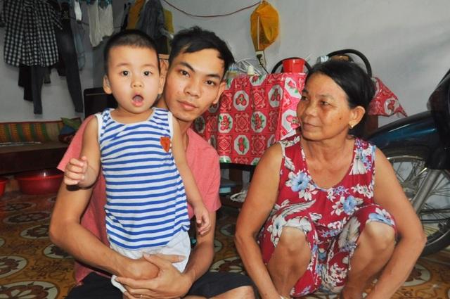 Gia đình bé Khang phải thuê trọ tại Đà Nẵng để hằng ngày đưa cháu đi tập trị liệu