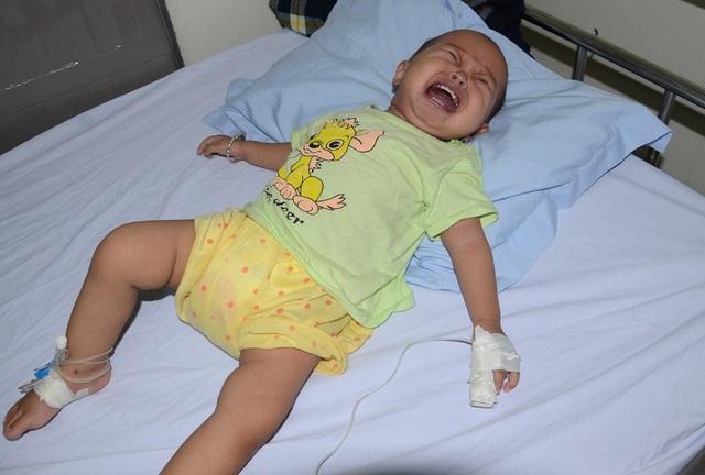 Bé Phương Linh, mới 11 tháng tuổi, em bị mắc bệnh ung thư máu cấp