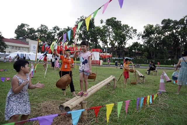 Chương trình vui tết Trung thu 2017 được tổ chức vào các ngày cuối tuần từ 28/9 đến 4/10 tại khu di sản Hoàng Thành Thăng Long (Hà Nội) thu hút nhiều gia đình đưa con nhỏ tới vui chơi.