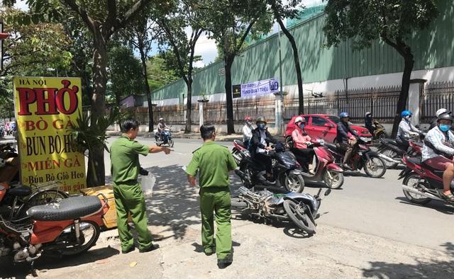 Cơ quan CSĐT Công an quận Gò Vấp khám nghiệm hiện trường vụ việc vào trưa nay (4/10).