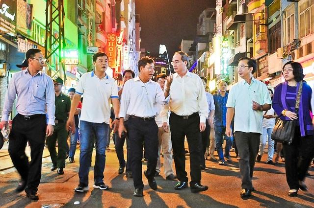 Bí thư Thành ủy TPHCM Nguyễn Thiện Nhân đang thị sát trên tuyến phố Bùi Viện