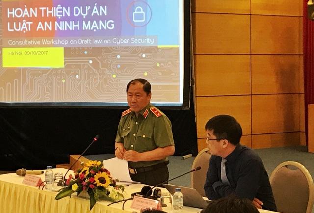 Trung tướng Hoàng Phước Thuận, Cục trưởng Cục An ninh mạng, Bộ Công an trao đổi tại hội thảo