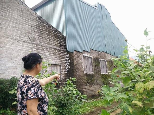 Xưởng chế biến, sản xuất dép nhựa của hộ ông Hoàng Văn Mãn 10 năm qua nằm ngay giữa khu dân cư.