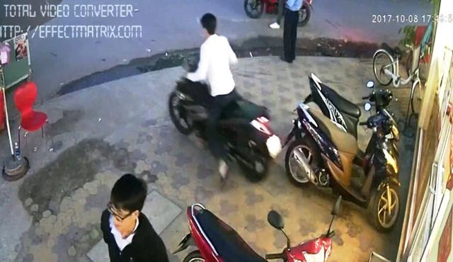 Gã thanh niên bình thản mở nguồn điện, nổ máy lấy trộm chiếc xe của anh Trực tẩu thoát.