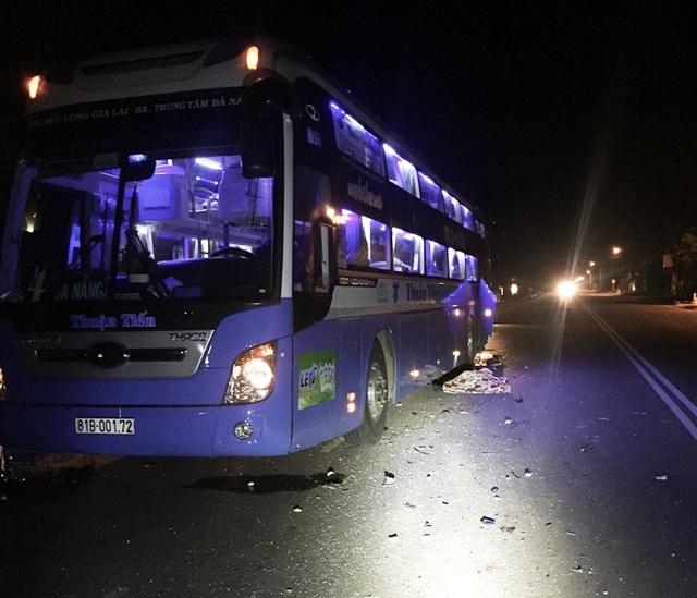 Tài xế xe khách đang dừng xe bên lề đường để sửa thì bị xe tải tông dẫn đến tử vong