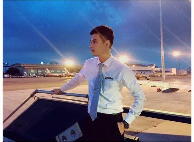 Tiết lộ về chàng tiếp viên hàng không điển trai gây sốt mạng - 1