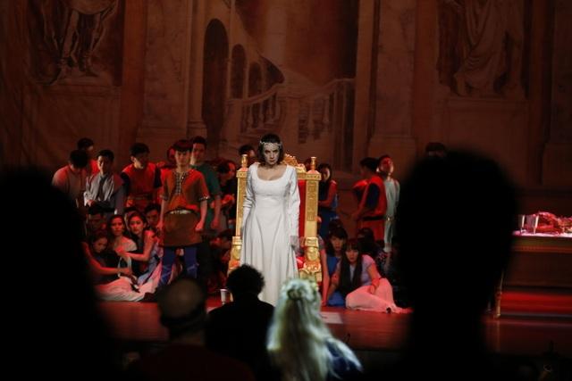 """Cuộc chiến tranh giành quyền lực giữa hoàng hậu Frédégonde và hoàng hậu Brunhilda (người đứng trên sân khấu) """"Vở nhạc kịch có những xung đột mạnh mẽ, hận thù, đặt ra cả những vấn đề về quốc gia, dân tộc, chiến tranh, và đồng thời cũng ẩn chứa những giá trị nhân bản nhất, thuộc về bản chất yêu thương của con người, tình yêu thuần khiết có sức sống mãnh liệt ngay cả khi trái tim được đặt """"nhầm chỗ""""…"""" – Sophie Leleu, nữ diễn viên người Pháp trong vai chính - hoàng hậu Frédégonde nói."""