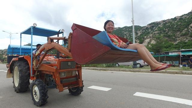 Sau khi gửi xe những nhà dân ven đường, có hai cách để băng qua sa mạc cát là đi bộ và đi bằng… máy cày