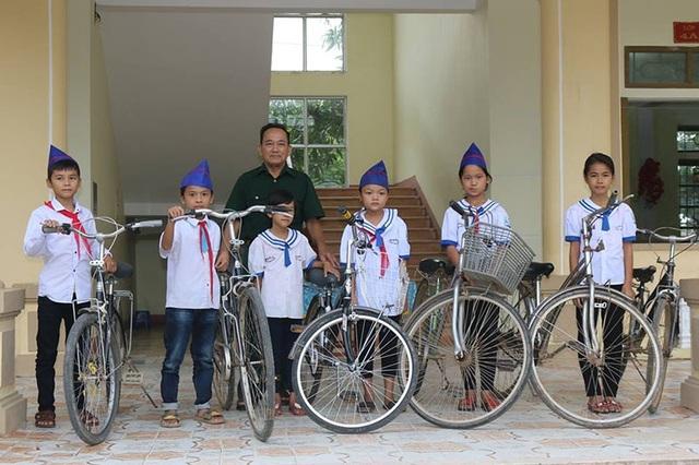 Trong 1 năm qua, ông Thực đã tặng cho các em học sinh trên địa bàn xã Mỹ Lộc 12 chiếc xe đạp.