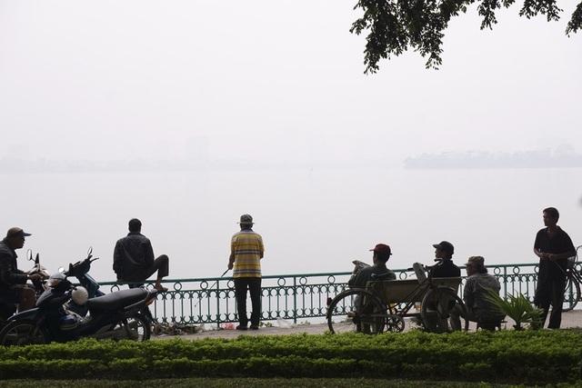 Buổi sáng mùa thu bên hồ Tây, khoảng không bên trên mặt nước mờ sương trắng. Những ngày này, Hà Nội se lạnh vào buổi đêm, ban ngày mát dịu.