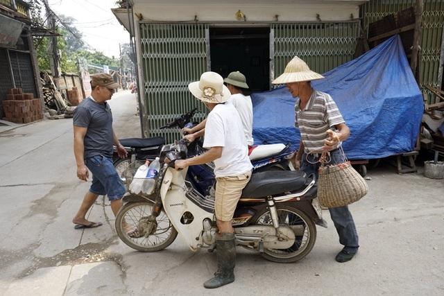 Ngoài nghề mộc có tiếng, xã Canh Nậu (Thạch Thất, hà Nội) còn được biết đến với đặc sản chuột đồng. Người dân sau khi vãn việc thường rủ nhau ra đồng bắt chuột về ăn chơi, hoặc bắt đem bán để làm món nhậu.