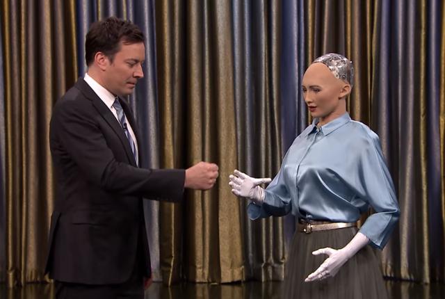 Sophia đối thoại, chơi trò chơi cùng người dẫn chương trình Jimmy Fallon trong Tonight Show