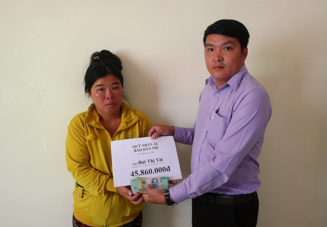 Đại diện bạn đọc báo Dân trí, ông Nguyễn Thanh Bình - Phó Chủ tịch UBND xã Đông Bình trao số tiền 45.860.000 đồng cho chị Bùi Thị Tài