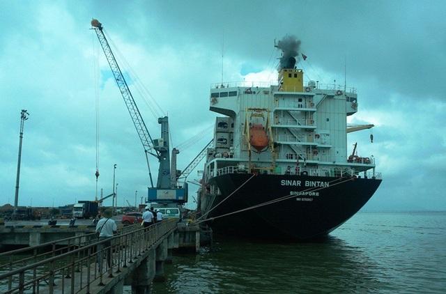 Tàu trọng tải lớn thường hay ra vào cảng Quy Nhơn nên việc nạo vét khơi thông cửa biển là cần thiết